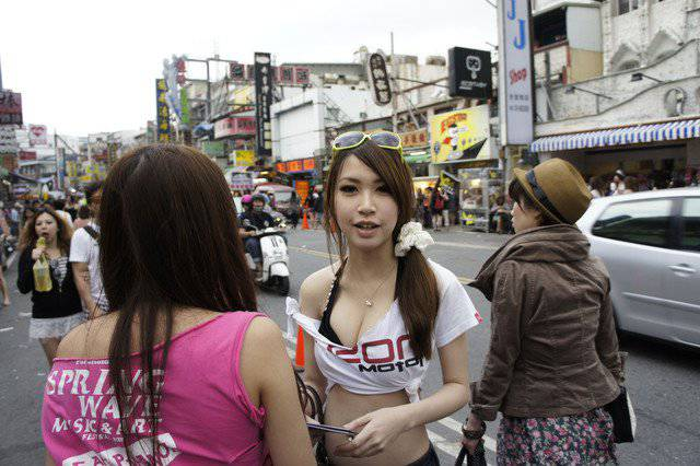 Foto Cewek Cantik dan Seksi SPG Taiwan
