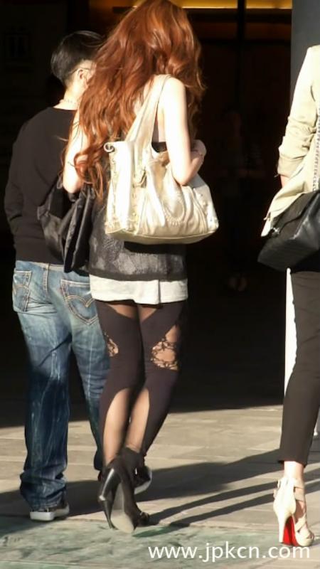 街拍个性丝袜妞,很特别的丝袜
