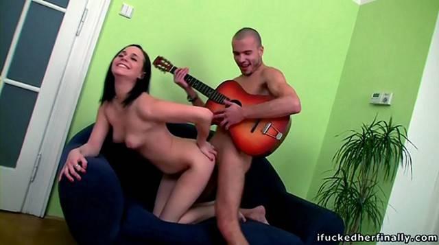 бесплатно мужик играет на гитаре и ебет телку шагнул чёрную